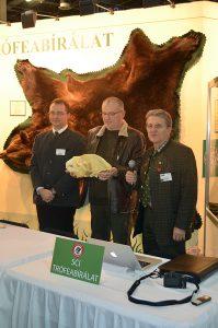 A világrekord medvekoponya bírálata. Jobbról balra: Kőhalmi Zsolt, Kosztolányi László és Boros Zoltán
