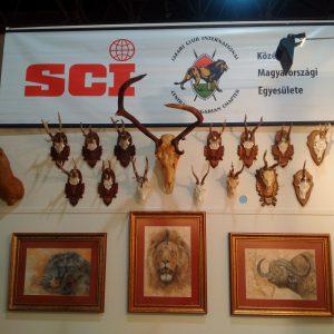 Rendellenes trófeák az SCI standján